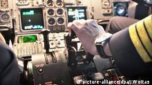 ARCHIV- Ein Pilot hält seine Hand auf dem Schubhebel eines zur Frachtmaschine umgebauten Airbus 300-600, aufgenommen am 15.11.2011 in Leipzig. Bei der Lufthansa-Tochter Germanwings hat es nach Medienberichten einen möglicherweise gefährlichen Zwischenfall mit Gasen im Cockpit gegeben. Die beiden Piloten hätten beim Landeanflug auf den Köln/Bonner Flughafen beinahe das Bewusstsein verloren, nachdem ein süßlicher Geruch im Cockpit ausgeströmt sei. Foto: Jan Woitas +++(c) dpa - Bildfunk+++ | Verwendung weltweit