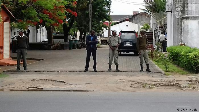 Acesso ao edifício do Conselho Municipal foi bloqueado, de madrugada, por dezenas de agentes da polícia
