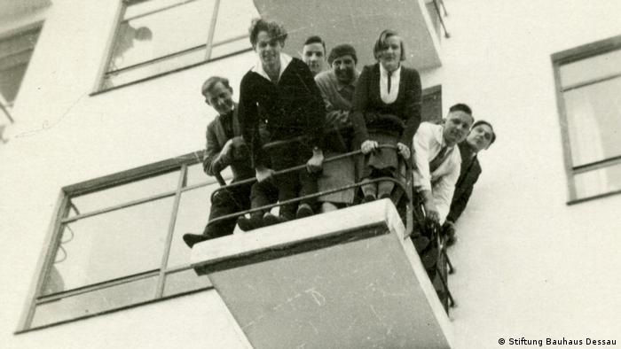A balcony at Bauhaus filled with students (aus dem Bauhaus-Fotoalbum von Fritz Schreiber) (Stiftung Bauhaus Dessau)