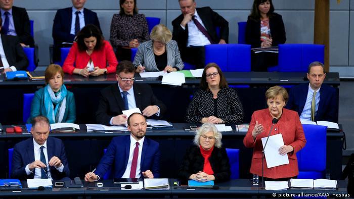 Angela Merkel bei der Fragestunde im Bundestag