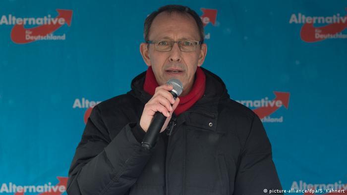 Jörg Urban speaks with a mic (picture-alliance/dpa/S. Kahnert)