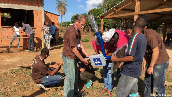 Solar streetlamp is set up in Brasil