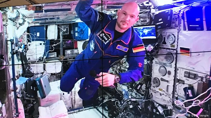 Alexander Gerst on the ISS, seen on a video screen (DW/J. Vergin )
