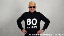 08.12.2018, Nordrhein-Westfalen, Bad Münstereifel: EXCLUSIVE - Der Volkssänger Heino steht mit einem T-Shirt mit dem Aufdruck «80 Na und!» bei einem Fotoshooting und schaut in die Kamera des Fotografen. Heino, der am 13. Dezember 1938 in Düsseldorf geboren wurde und jetzt mit seiner Frau Hannelore in Bad Münsereifel lebt, feiert am 13. Dezember 2018 seinen 80. Geburtstag. Foto: Horst Ossinger//dpa | Verwendung weltweit