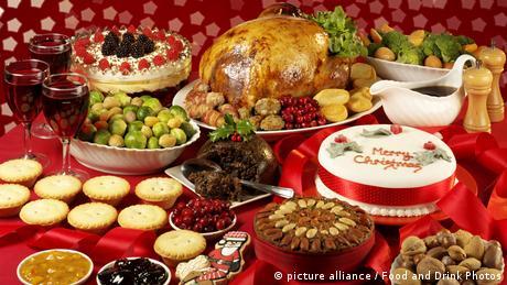 Weihnachtstafel mit Weihnachtsgans und Kuchen