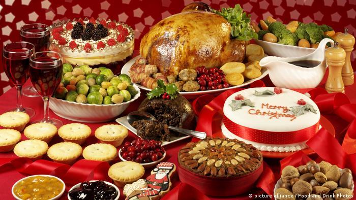 Weihnachtstafel mit Weihnachtsgans und Kuchen (picture alliance / Food and Drink Photos)