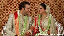 Indien, Mumbai: Braut Isha Ambani und ihr Bräutigam Anand Pirama nach ihrer Hochzeit