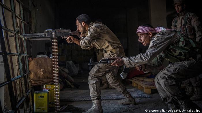 Syrien, Al-Rakka: Soldaten der Syrischen Demokratischen Kräfte (SDF) (picture alliance/dpa/M. Umnaber/dpa)