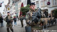 Frankreich, Straßburg: Soldaten in der Nähe des Weihnachtsmarktes