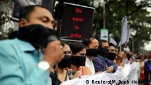 Indien, Dhaka: Journalisten halten Banner und Plakate, während sie vor dem Presseclub gegen das kürzlich verabschiedete Gesetz zur digitalen Sicherheit protestieren