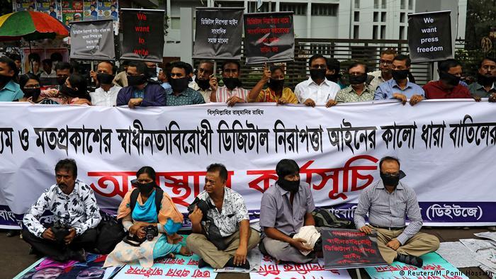 Indien, Dhaka: Journalisten halten Banner und Plakate, während sie vor dem Presseclub gegen das kürzlich verabschiedete Gesetz zur digitalen Sicherheit protestieren (Reuters/M. Ponir Hossain)