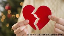 Symbolbild: Frau mit gebrochenem Herzen an Weihnachten