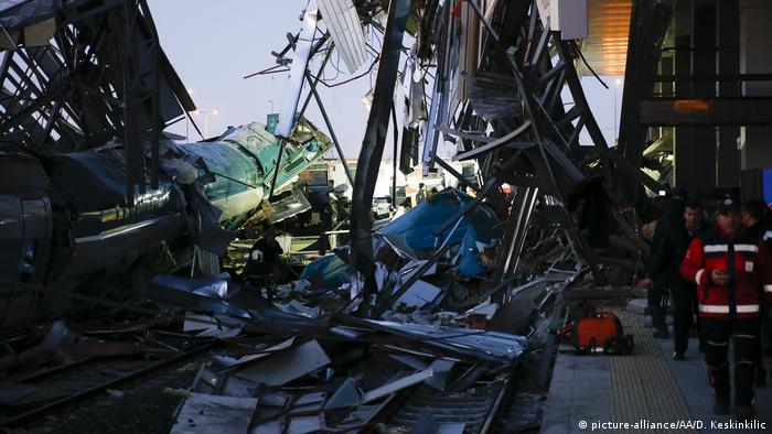 Tren kazasında dokuz kişi hayatını kaybetti, en az 80 kişi yaralandı