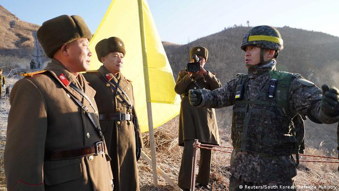 Sjevernokorejski vojnici i jedan južnokorejski vojnik koji gestikulira rukama