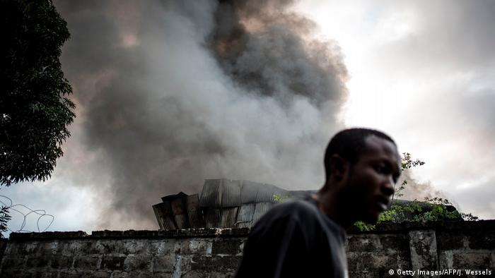 Ein Mann steht vor den Ruinen eines Hauses, aus dem eine Rauchfahne in den Himmel aufsteigt (AFP/Getty Images/J. Wessels)