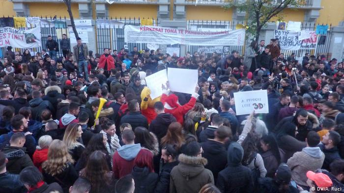Albanien Tirana Studentenproteste vor dem Bildungsministerium (DW/A. Ruci)