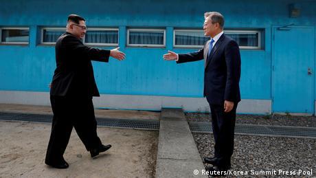Der nordkoreanische Machthaber Kim Jong Un und der südkoreanische Präsident Moon Jae-in gehen aufeinander zu