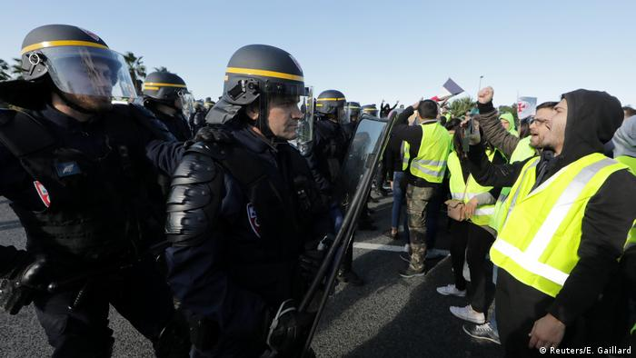 Police confront yellow vest protesters in Antibes, France (Reuters/E. Gaillard)