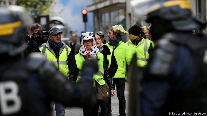 Yellow vest protesters and riot police in Paris