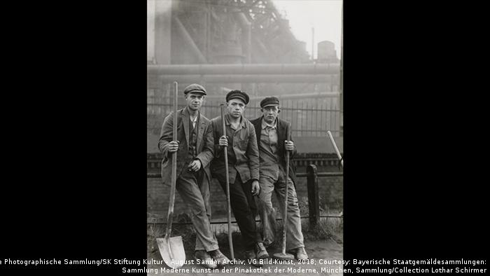 Laborers photo by August Sander (Die Photographische Sammlung/SK Stiftung Kultur – August Sander Archiv; VG Bild-Kunst, 2018; Courtesy: Bayerische Staatgemäldesammlungen: Sammlung Moderne Kunst in der Pinakothek der Moderne, München, Sammlung/Collection Lothar Schirmer)