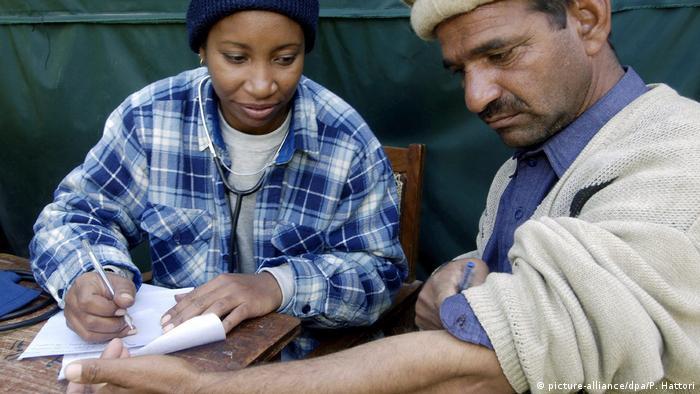 Kubanische Ärzte helfen Erdbebenopfern in Pakistan (picture-alliance/dpa/P. Hattori)