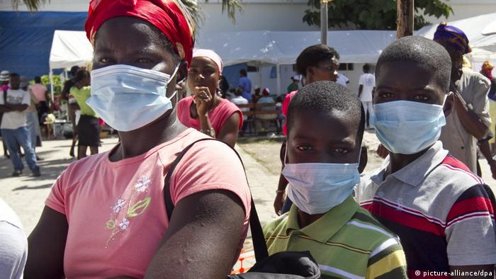 People in Haiti wearing masks (picture-alliance/dpa)