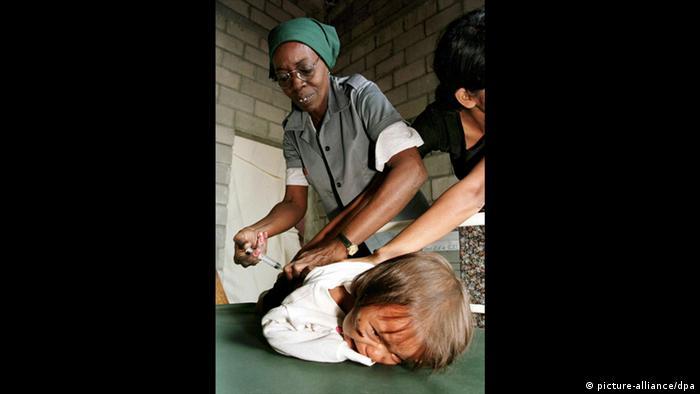 Hurrikan Mitch: Vorsorge-Impfung (picture-alliance/dpa)