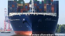 Deutschland | Containerschiff CMA CGM Alexander von Humboldt in Hamburg (picture-alliance/dpa/C. Charisius)