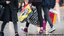 ARCHIV - 22.12.2017, Hessen, Frankfurt am Main: Mit zahlreichen Einkaufstüten in den Händen gehen Passanten über die Einkaufsmeile Zeil. Das Statistische Bundesamt veröffentlicht am 14.03.2018 Zahlen zu den Konsumausgaben der privaten Haushalte im Jahr 2017. Foto: Frank Rumpenhorst/dpa +++(c) dpa - Bildfunk+++ | Verwendung weltweit