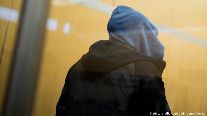 Один из ранее вернувшихся боевиков ИГ в суде в Дюссельдорфе