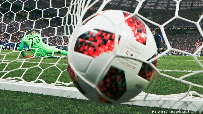 Футбольный мяч влетает в ворота в финале ЧМ-2018 на стадионе Лужники