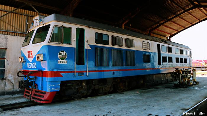 A train engine parked at a station in Zambia (DW/A-B. Jalloh)