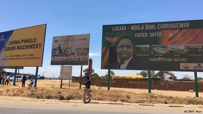 Billboards advertising President Edgar Lungu's campaign for the Lusaka-Ndola highway (DW/F. Wan)