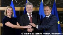 Ukrainian President Petro Poroshenko joins hands with European Union foreign policy chief Federica Mogherini and European Council President Donald Tusk prior to a meeting at the Europa building in Brussels, Wednesday, Dec. 12, 2018 (picture-alliance/AP Photo/A. Oikonomou)