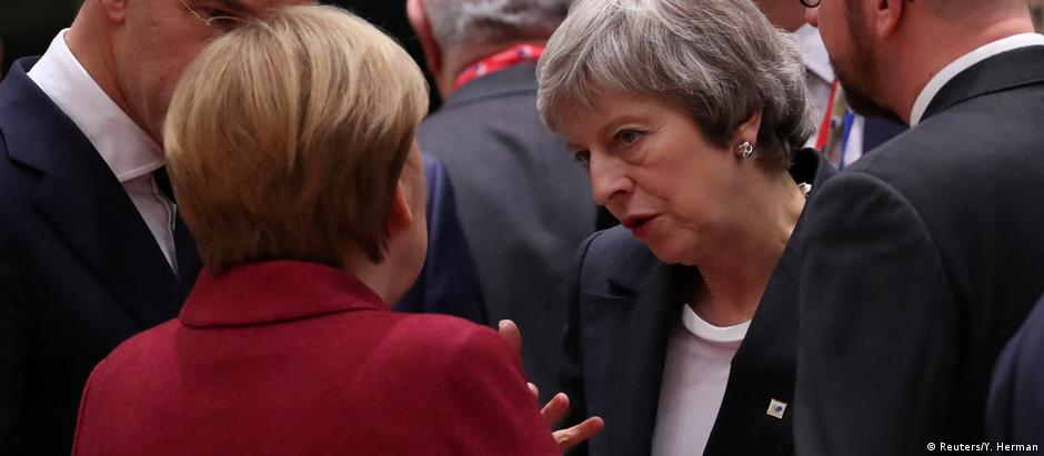 Chancellor Angela Merkel talks with British Prime Minister Theresa May as Belgium's Prime Minister Charles Michel looks on, as they take part in a European Union leaders summit in Brussels, Belgium December 13, 2018 (Reuters/Y. Herman)