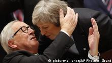 EU-Gipfel zu Brexit Juncker und May (picture-alliance/AP Photo/A. Grant)