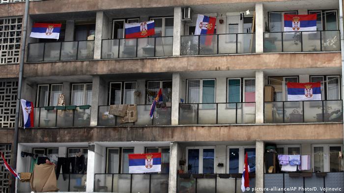 Balkoni jedne zgrade u Severnoj Mitrovici tokom protesta zbog uvođenja carina na robu iz Srbije