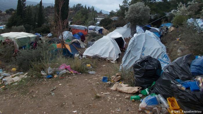 در جزیره لسبوس حدود ۱۵ هزار پناهجو در سرپناههای موقت و در میان گل و لای زندگی میکنند