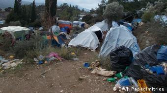 Περικυκλωμένες από σκουπίδια οι σκηνές των αιτούντων άσυλο στη Χίο