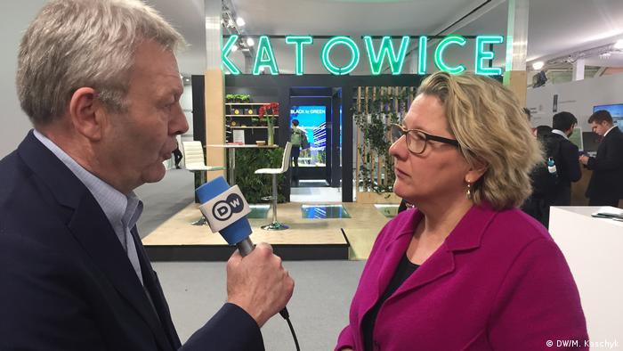 Jens Thurau, de DW, en entrevista con la ministra alemana de Medio Ambiente, Svenja Schulze.
