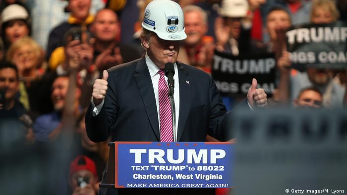 USA West Virginia Charleston - Trump trägt Arbeiterhelm bei Rally (Getty Images/M. Lyons)