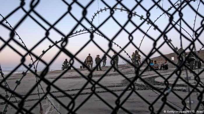 Mexiko Tijuana Migranten hinter dem Grenzzaun in den USA (Getty Images/AFP/G. Aras)