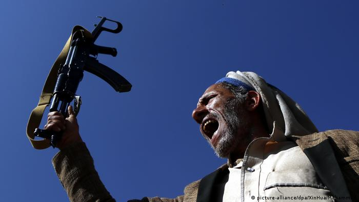 Jemen Huthi-Loyalist in Sanaa (picture-alliance/dpa/XinHua/Mohammed)