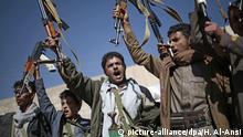13.12.2018 Jemen, Sanaa: Stammesangehörige die den Huthi-Rebellen nahestehen nehmen an einer Versammlung teil, mit der sie ihre Unterstützung für die Jemen-Friedensgespräche in Stockholm signalisieren wollen. Foto: Hani Al-Ansi/dpa | Verwendung weltweit