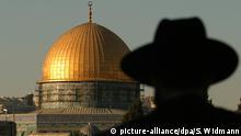 1.06.2004 Die Silhouette eines orthodoxen Juden vor der goldenen Kuppel des Felsendomes in Jerusalem. Aufnahme vom 11.06.2004. Foto: Sebastian Widmann +++(c) dpa - Report+++ |