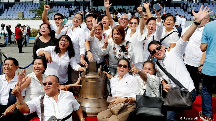Philippines receives church bells seized by the US 117 years ago (Reuters/E. De Castro)