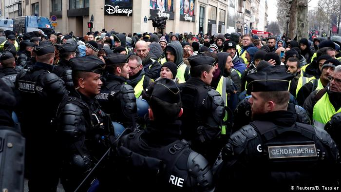 Yellow vest protesters surrounded by gendarmes