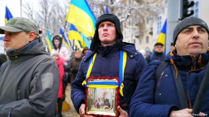 Kiew Gläubige Ukrainer demonstrieren auf dem Sofijskaja-Platz (DW/Liliya Rzheutskaya)