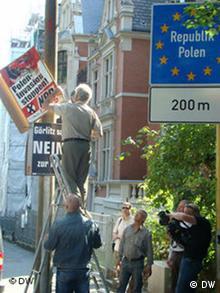 Mieszkańcy Görlitz podczas akcji ściągania antypolskich plakatów