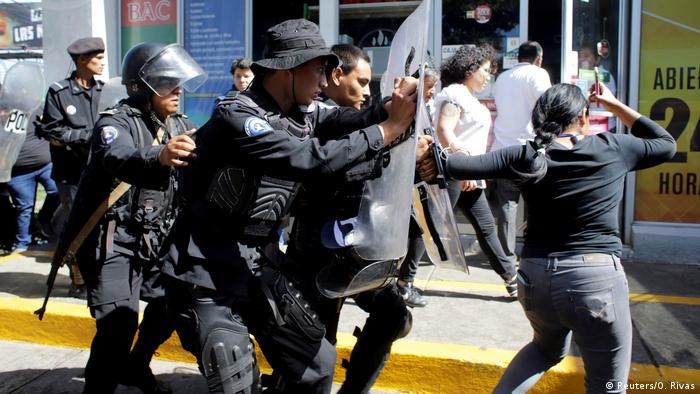 Nicaragua - Die Bereitschaftspolizei entfernt Journalisten vom Haupteingang des Polizeipräsidiums in Managua (Reuters/O. Rivas)